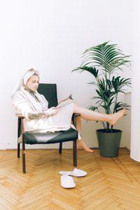 femme peignoir tatouages beauté masque soin chaise plante bois se sentir bien shooting photo