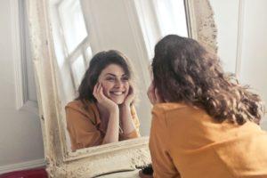 femme miroir sourire brosse ancien se sentir bien shooting photo