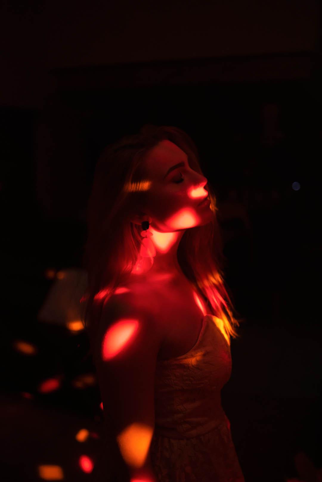femme rousse en robe blanche light painting