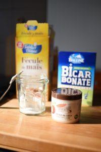 produits cosmétiques huile de coco bicarbonate fécule de maïs contenant verre déodorant naturel