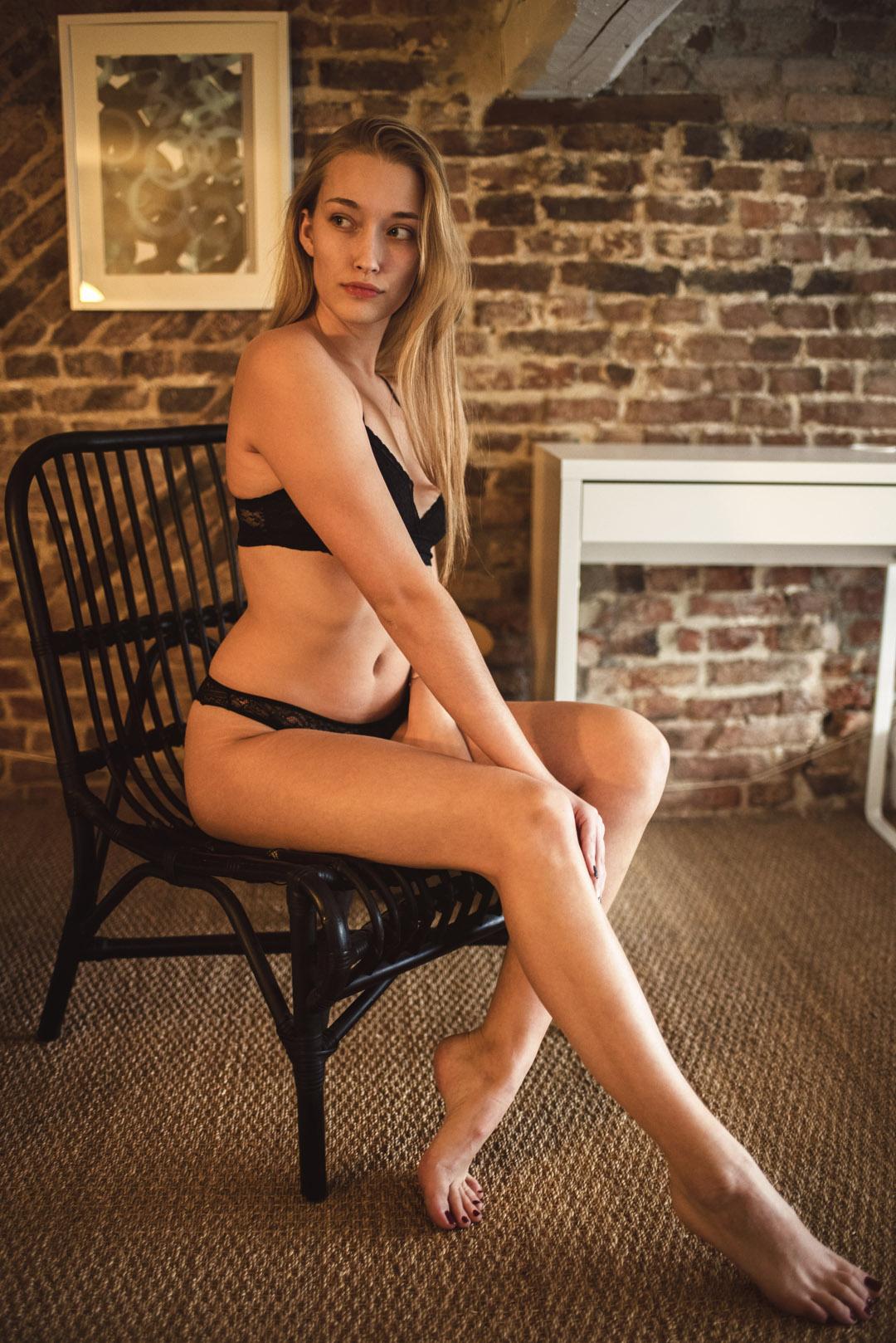 femme lingerie cheveux blonds sexy boudoir elisa debille